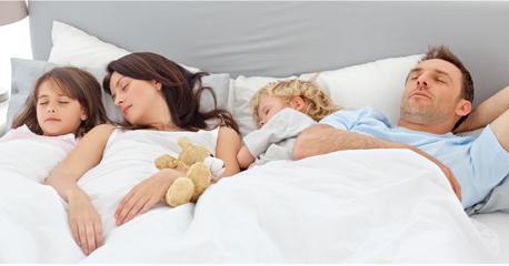 familia dormindo junto