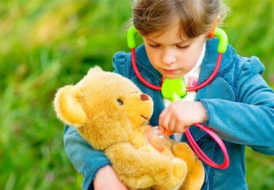 criança-brincando-de-faz-de-conta