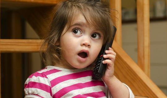 criança falar telefone